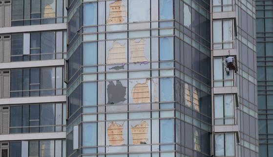 깨진 유리창에 합판···오늘 저녁 '하이선' 접근에 부산 '비상' - 중앙일보
