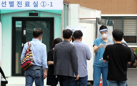 서울 중구 국립중앙의료원 신종 코로나바이러스 감염증(코로나19) 선별진료소에서 시민들이 검사를 기다리고 있다. 뉴스1