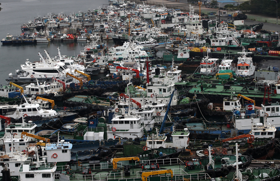 제10호 태풍 '하이선(HAISHEN)'이 북상 중인 6일 오후 울산시 남구 장생포항에서 선박들이 피항해 있다. 뉴스1