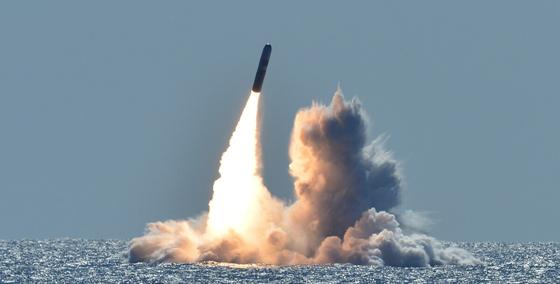 2018 년 5 월 미 해군의 오하이오 급 핵 추진 전략 잠수함 네브래스카하는 (SSBN 739)가 미국 캘리포니아 주 해안에서 트라이던트 Ⅱ 잠수함 발사 미사일 (SLBM)을 쏘고있다.  이 미사일은 훈련 용으로 핵탄두를 현장에서 없었다. [미 해군]