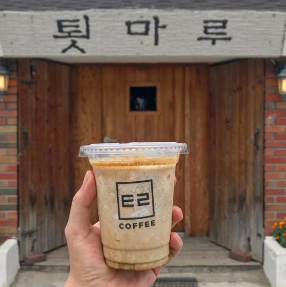 강원도 강릉시의 명소로 꼽히는 이 카페의 인기 메뉴는 흑임자 라떼다. 주문하면 평균 3~4시간을 기다려야 한다. 인스타그램 캡처
