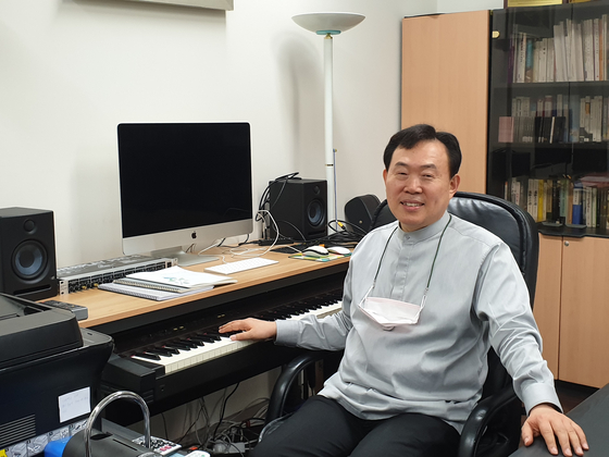이화여대 경영대학장실 한 켠에 건반을 놓은 김효근 작곡가. 김호정 기자