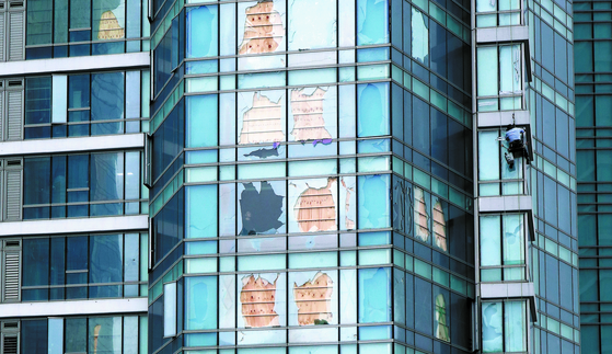 제9호 태풍 '마이삭'의 영향으로 깨진 부산 해운대구 한 아파트의 유리창을 복구도 못한 채 합판으로 임시로 막아 북상중인 제10호 태풍 '하이선'(HAISHEN)에 대비하고 있다. 송봉근 기자