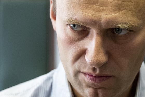 지난 8월 20일 독극물 중독 증세로 입원한 러시아의 야권 활동가 알렉세이 나발리. 22일 독일 베를린으로 옮겨졋으며, 독일 정부는 지난 9월 2일 나발니가 노비촉에 중독됐다고 발표했다 노비촉은 소련과 러시아가 개발한 화학무기다. AP=연합뉴스. F