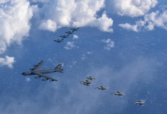 지난 2 월 미 본토에서 출격 한 전략 폭격기 B-52H (중앙)과 일본에 주둔하고있는 미 공군 F-16 전투기 일본 항공 자위대 F-2 전투기 (오른쪽)이 대열 를 만들어 비행하고있다. [미 태평양 공군 제공]