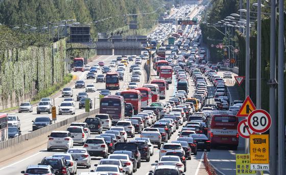 지난해 9월 13일 추석 당일 서울 서초구 경부고속도로 잠원IC 부근 상하행선이 정체를 빚고 있다. 뉴스1