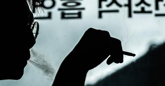 두경부암 환자 10명 가운데 8명은 50대 이상 남자라는 연구 결과가 나왔다. 두경부암의 가장 흔한 원인은 '흡연'이다. 연합뉴스