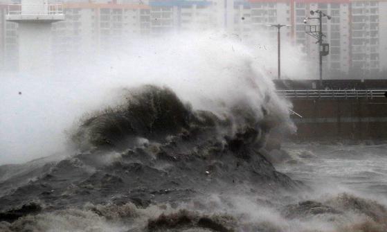 태풍 하이선이 북상 중인 7일 오전 부산 광안리 일대에 높은 파도가 몰아 치고 있다. [연합뉴스]