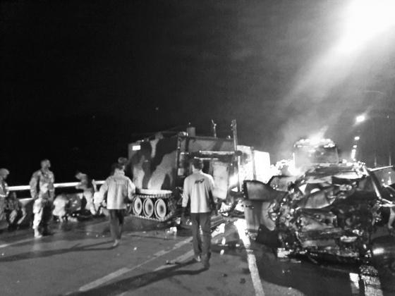 지난달 30일 오후 9시 30분쯤 경기도 포천시 관인면 중리 영로대교에서 스포츠유틸리티 차량(SUV)이 미군 장갑차를 추돌해 SUV에 타고 있던 4명이 숨지고 장갑차에 탑승했던 미군 1명이 다쳤다. 사고 현장 모습. [경기북부소방재난본부]