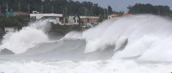 태풍 '하이선'이 북상하는 가운데 6일 오전 제주 서귀포시 표선면 토산2리 앞바다에 거센 파도가 몰아치고 있다. 연합뉴스