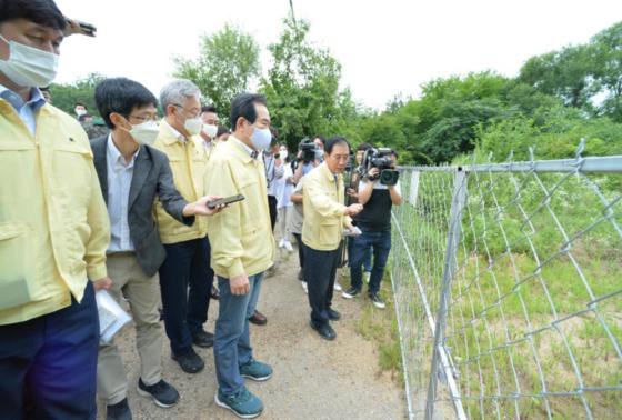 박윤국 포천시장(오른쪽 둘째)이 지난 7월 정세균 국무총리(오른쪽 셋째), 이재명 경기지사(오른쪽 넷째)에게 포천시 야생 멧돼지 차단 광역울타리 설치 현장을 설명하고 있다. [포천시]