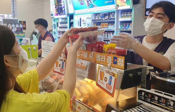 수도권에 있는 CU 매장에서 한 고객이 즉석조리식품을 구매하고 있다. 사진 BGF리테일
