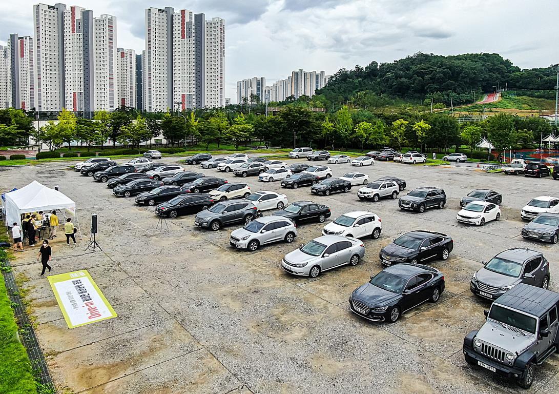 6일 경기도 남양주시 간부 직원들이 차 안에서 라디오 주파수를 활용해 현안을 논의하는 '드라이브인'(drive-in) 방식의 회의를 하고 있다. 연합뉴스