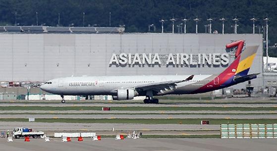 약 10개월 동안 이어졌던 HDC현대산업개발과 아시아나항공의 인수합병이 사실상 결렬됐다. 금호산업은 이번 주 중 현산 측에 계약 해지를 공식 통보한다. 지난 4일 오후 인천국제공항 주기장에 아시아나항공 여객기들이 세워져 있다. [뉴시스]