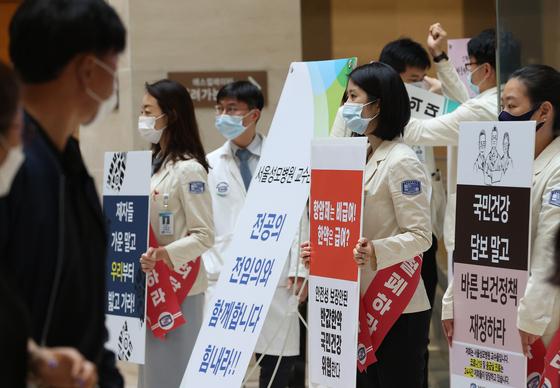 지난 3일 서울의 한 병원에서 교수들이 정부의 보건의료정책에 반대하며 단체행동을 하는 모습. 연합뉴스