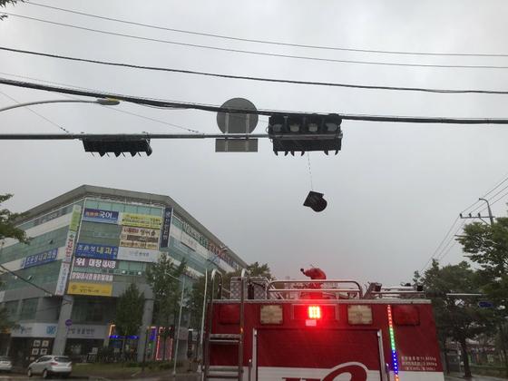 7일 오전 8시 울산 북구 상안동의 한 도로에서 신호등 4개 신호 중 ㅂ개 신호가 강풍에 떨어져 울산소방본부에서 안전조치를 했다. [사진 울산소방본부]
