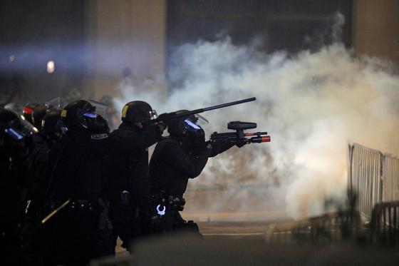 지난 3월 경찰 체포 과정에서 불거진 흑인 남성 대니얼 프루드의 '복면 질식사' 사건이 뒤늦게 알려지며 뉴욕주 로체스터시에서 항의 시위가 잇따르고 있다. 5일(현지시간) 시위대에 최루탄을 발사하는 경찰. [로이터=연합뉴스]