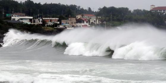 제10호 태풍 '하이선(HAISHEN)'이 북상 중인 6일 오후 제주 서귀포시 표선면 해상에 거친 파도가 일고 있다. 뉴스1