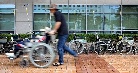 전공의들이 집단 휴진에 들어가면서 7일 오전 서울 서초구 서울성모병원 앞에 휠체어가 놓여있다. 이날 오후 전공의협의회가 업무 복귀를 선언한 뒤 각 병원 전공의들이 속속 진료에 복귀하기로 결의했다. 뉴스1