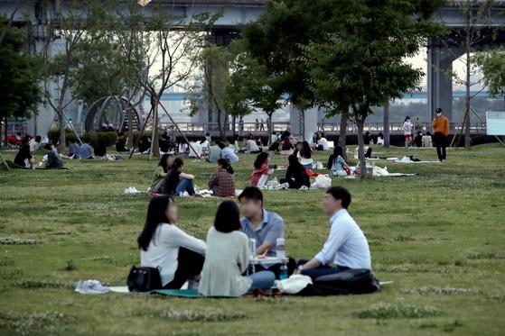 지난 6월 9일 서울 광진구 뚝섬한강공원에서 시민들이 더위를 피하고 있다. 뉴시스