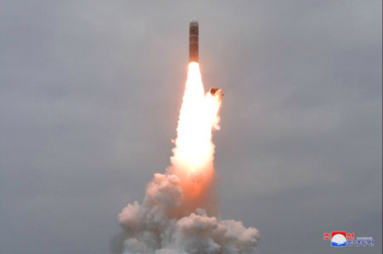 북한은 지난해 10월 신포 앞바다에서 신형 잠수함발사탄도미사일(SLBM) '북극성-3형' 시험발사를 했다. [조선중앙통신]