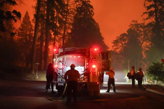6일(현지시간) 미국 캘리포니아주(州) 소방관들이 산불을 잡기 위해 주 남부 지역에 집결했다. [AP=연합뉴스]