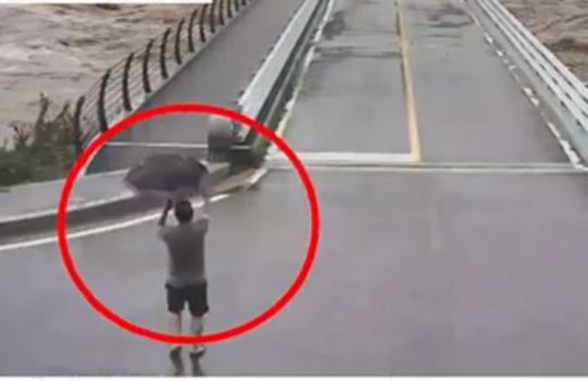 지난 3일 강원 평창군 진부면 송정교로 진입하는 차량을 막는 박광진(58)씨 모습. 중앙포토