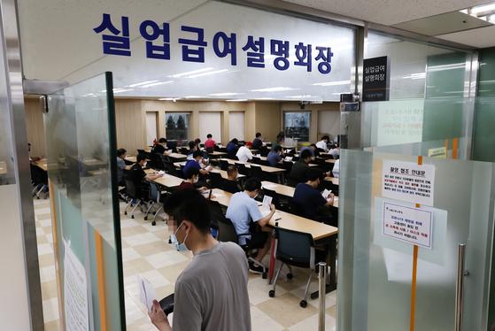 8월 구직급여(실업급여) 지급액이 또다시 1조원을 넘었다. 서울지방고용노동청의 실업급여 설명회장 모습. 연합뉴스