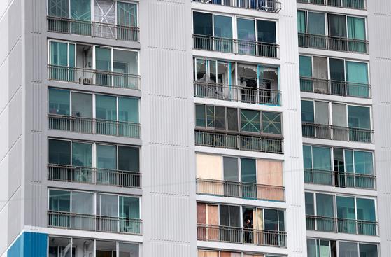 제10호 태풍 '하이선'이 빠르게 북상 중인 6일 제9호 태풍 '마이삭' 때 피해를 본 부산 남구에 있는 한 아파트에서 주민들이 태풍에 대비해 깨진 창문을 합판 등으로 보강을 하고 있다. 연합뉴스