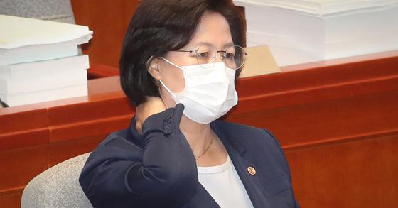 1일 국회 예결위의장에서 열린 전체회의에서 추미애 법무부장관이 생각에 잠겨있다. 연합뉴스