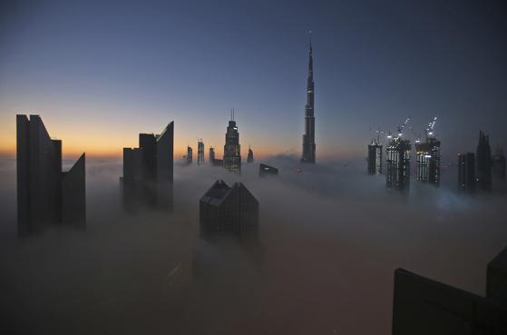 세계 경제의 전망은 어둡다. 사진은 2016년 촬영된 것으로, 세계 최고층 빌딩인 두바이의 부르즈 칼리파가 구름에 잠긴 장면. AP=연합뉴스