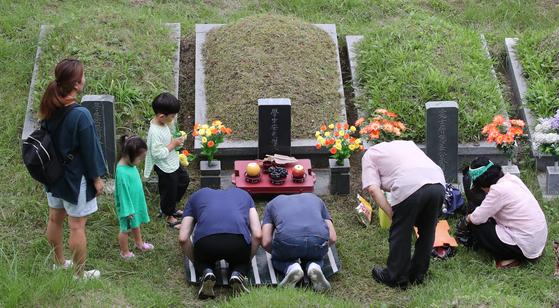 지난해 9월 부산 금정구 영락공원을 찾은 가족단위 성묘객들이 조상의 묘를 찾아 성묘를 하고 있다. 그러나 올해는 이 같은 성묘, 차례 등 가족 행사가 코로나19로 쉽지 않을 전망이다. 송봉근 기자.