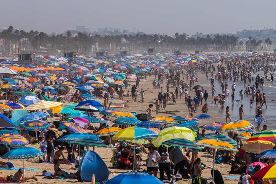 노동절 연휴 전날인 6일(현지시간) 캘리포니아주 산타모니카 해변에 몰려든 사람들. 피서객 상당수가 마스크를 착용하지 않았고, 사회적 거리 두기도 지켜지지 않았다. [AFP=연합뉴스]