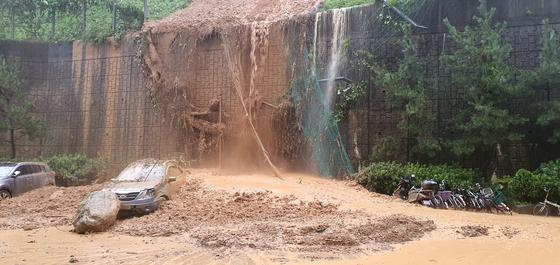 제10호 태풍 '하이선' 영향으로 폭우가 쏟아지면서 7일 오전 경남 거제시 문동동 한 아파트 앞 절개지가 무너져 주차차량을 덮쳤다. 거제시