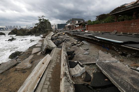 7일 오후 울산시 신명동의 한 해안도로가 태풍으로 발생한 파도에 크게 파손돼 있다. [뉴스1]
