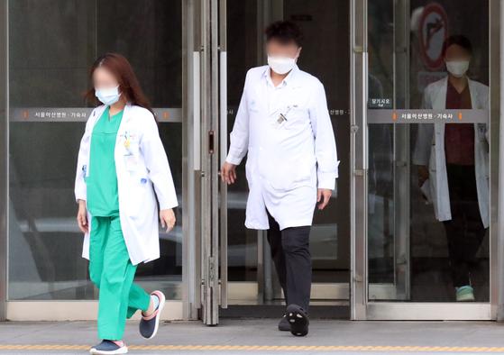 서울아산병원 전공의들이 8일 오전 기숙사에서 나와 업무에 복귀하고 있다. 뉴스1