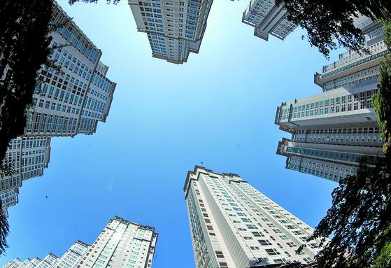 홍남기 부총리는 아파트 매매가격이 하락했다는 근거로 서울 반포자이 등 주요 단지의 실거래가를 언급해 눈길을 끌었다. 사진은 서울 서초구 반포자이. 중앙포토.
