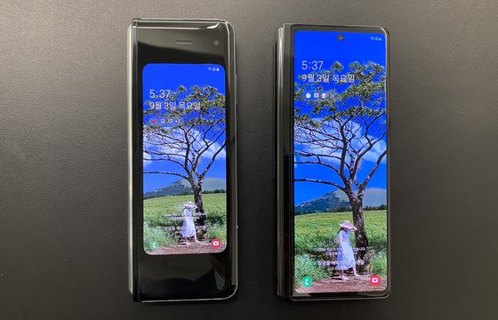 갤럭시폴드(왼쪽)의 4.6인치 커버 디스플레이와 Z폴드2의 6.2인치 화면. 김영민 기자