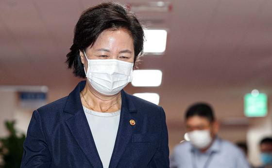 추미애 법무부 장관이 1일 서울 종로구 정부서울청사에서 열린 국무회의에 참석하고 있다. 뉴스1