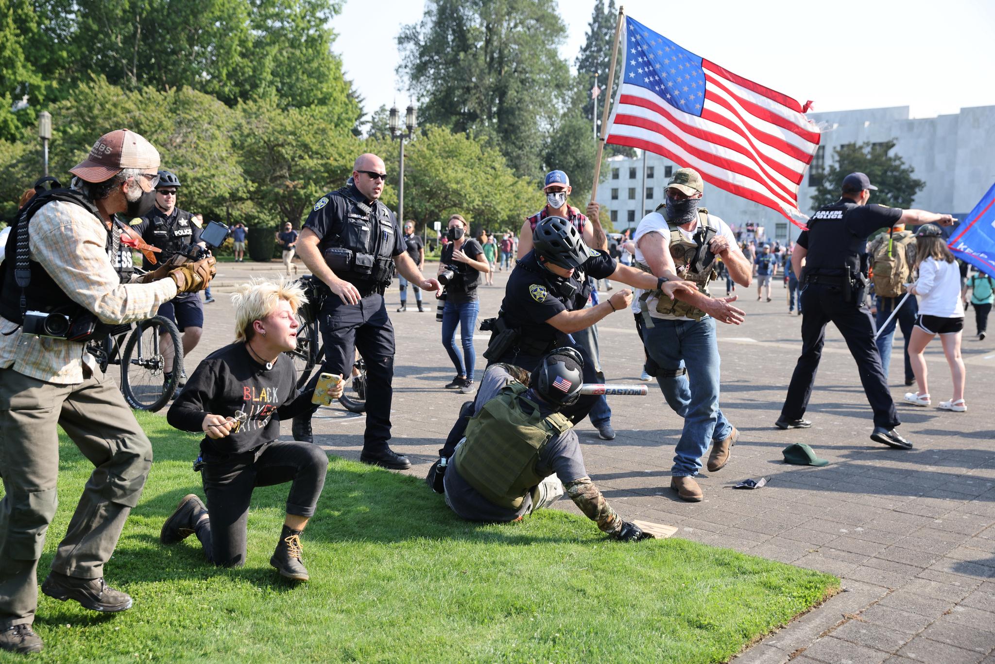 미국 경찰이 7일 오리건주 살렘의 주 청사 앞에서 벌어진 트럼프 대통령 지지자와 인종차별 반대 시위자들의 충돌을 뜯어말리고 있다. 로이터=연합뉴스