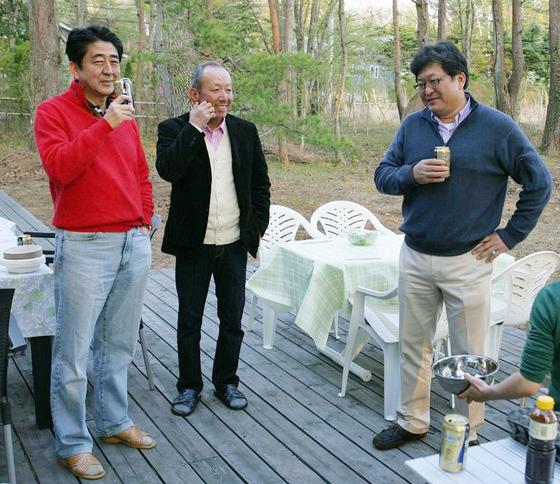 아베 신조(왼쪽) 일본 총리의 '사학 스캔들'에 연루됐다는 의혹을 받는 하기우다 고이치(萩生田光一·오른쪽) 관방부장관의 2013년 5월 블로그에 게재된 사진. 가운데는 아베 총리의 오랜 친구로 알려진 가케학원의 가케 고타로(加計孝太郞) 이사장이다. [연합뉴스]