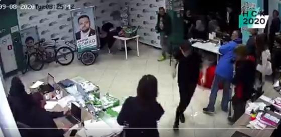 독극물 공격을 받은 나발니의 사무실. 마스크를 쓴 괴한이 갑자기 들어와 이 사무실에 액체가 든 병을 던지고 달아났다. [사진 트위터 캡처]