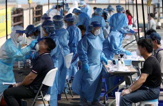 시민들이 선별진료소에서 코로나19 검사를 받고 있는 모습(사진은 기사와 직접적 관련이 없습니다). 뉴스1