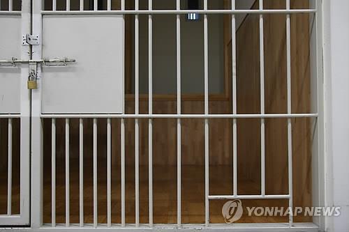 대구 동부경찰서 유치장 배식구. 연합뉴스