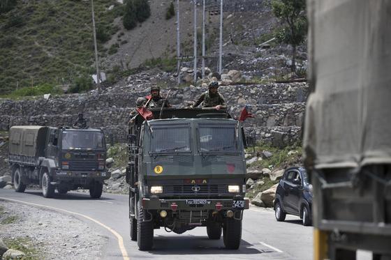 6 월 중순 중국과의 충돌로 수십 명의 사망자를 낸 인도는 최근 중국과의 국경 지역에 계속 병력을 투입 해 무력을 강화하고있다. [AP=연합뉴스]
