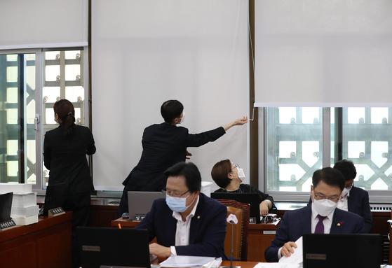 지난달 26일 서울 여의도 국회에서 열린 보건복지위원회 전체회의에서 국회 사무처 직원들이 코로나19 확산 방지를 위해 환기를 시키고 있다. 오종택 기자