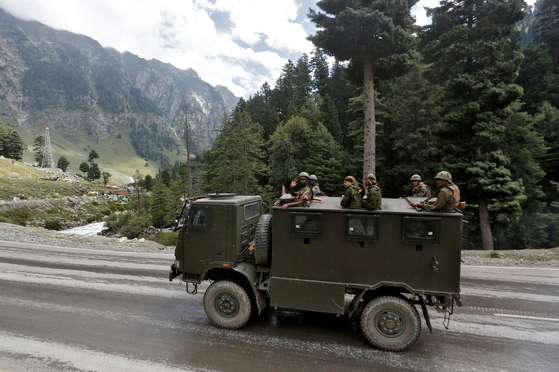 인도와 중국은 국경 분쟁과 관련하여 계속 회담을 갖고 있지만 회담과는 별도로 양국 모두 무장 강화에 박차를 가할 모습이다. [로이터=연합뉴스]