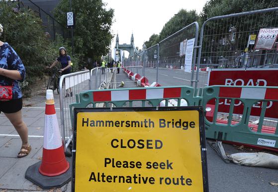 지난달 13일 영국 런던 템스 강변에 위치한 해머스미스 다리가 폐쇄된 모습이다. 올해 여름 폭염으로 인해 구조물들이 약해지면서 4곳 이상에서 금이 간 것이 확인됐다. [AP=연합뉴스]