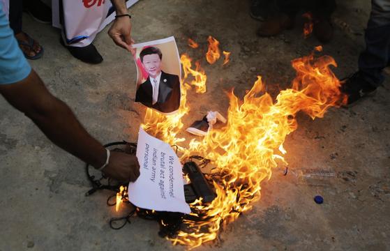 중국과의 국경 충돌로 인도 군의 사상자가 발생하고 인도 전역에서 시진핑 중국 국가 주석의 사진 등을 불에 태우는 등 반중 시위가 격화되고있다. [AP=연합뉴스]