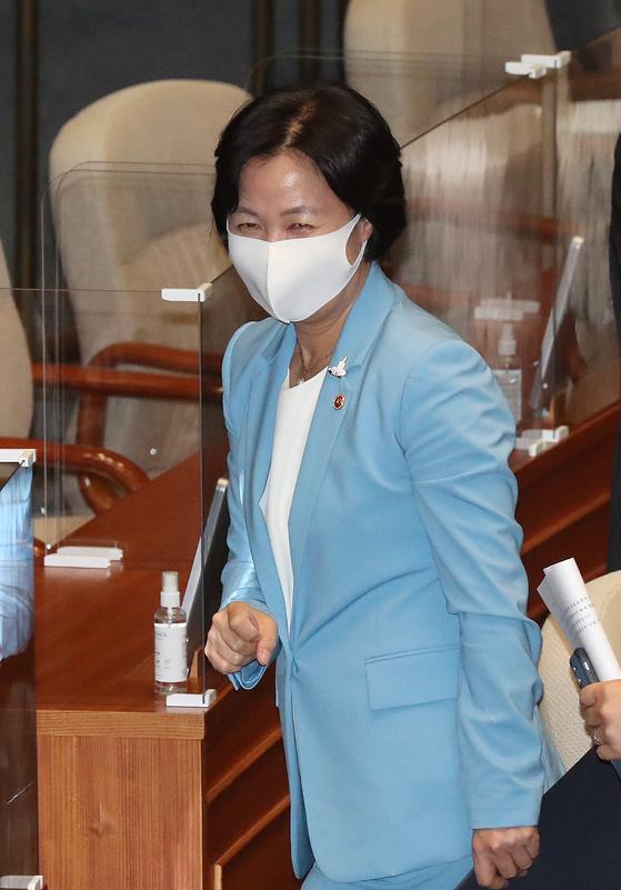 추미애 법무부 장관이 8일 국회에서 열린 본회의를 마친 후 미소짓고 있다. [뉴스1]